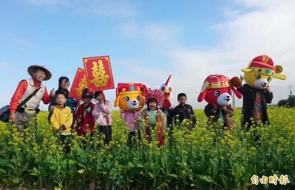 後壁菁寮國小、菁寮國中學生下田體驗拔蘿蔔,為30日的千人拔蘿蔔公益活動宣傳。(記者楊金城攝)