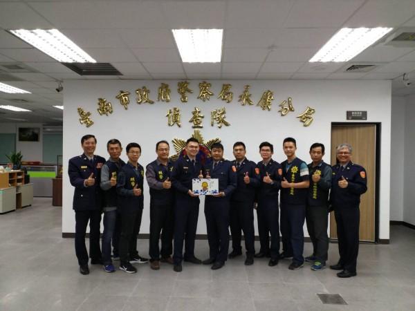 台南市警察局警政監呂青霖(左一)得知分局破案後,立即頒發破案茶慰問。(記者萬于甄翻攝)