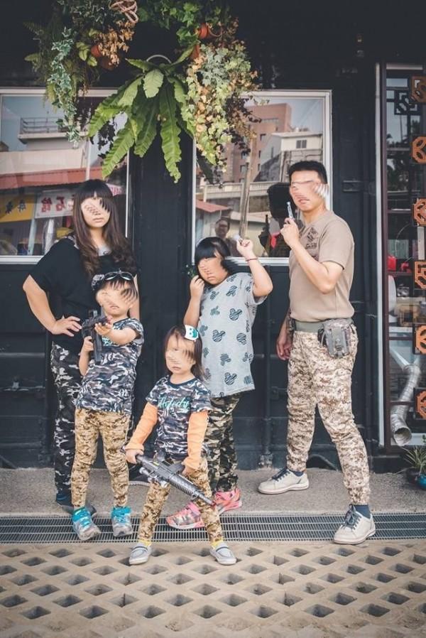 楊士官長生前全家快樂拍照。(取自臉書)