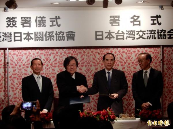 駐日代表謝長廷(左)27日傍晚出席第三屆台日海洋事務對話合作會議會後的簽署合作備忘錄儀式。(記者林翠儀攝)