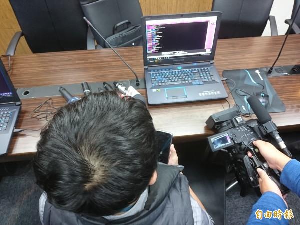 中檢檢事官示範操作「緝毒戰警機器人」。(記者楊政郡攝)