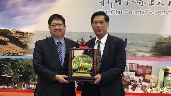 新竹縣長楊文科(左)今天頒贈紀念品祝賀秘書長蔡榮光月底榮退。(記者黃美珠攝)