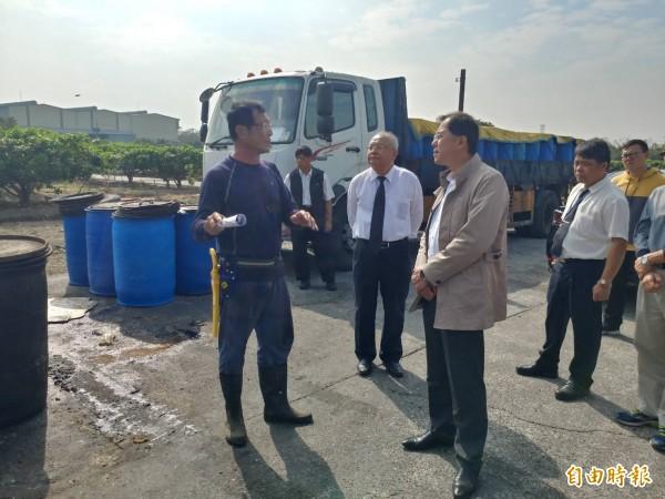 農業局官員到廚餘養豬場訪視相關防疫工作。(記者蔡清華攝)