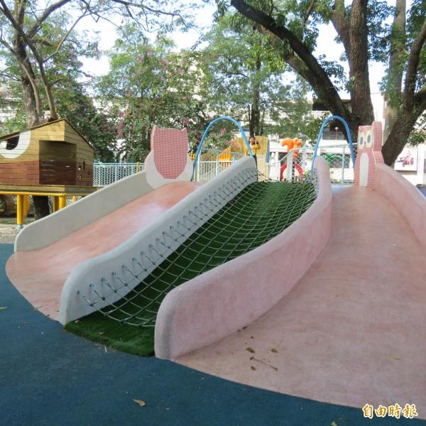 霧峰國小設置「DoDo霧樂園」,在3棵大樹分作3個遊戲區,遊具連身障者都可玩,打造共融遊戲場。(記者蘇金鳳攝)