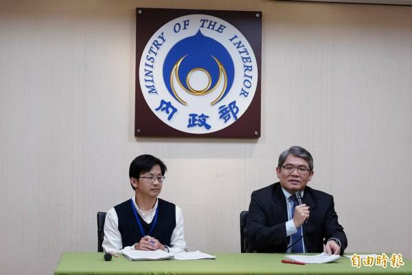 內政部次長花敬群(右)說明都更條例修法重點。(記者黃欣柏攝)