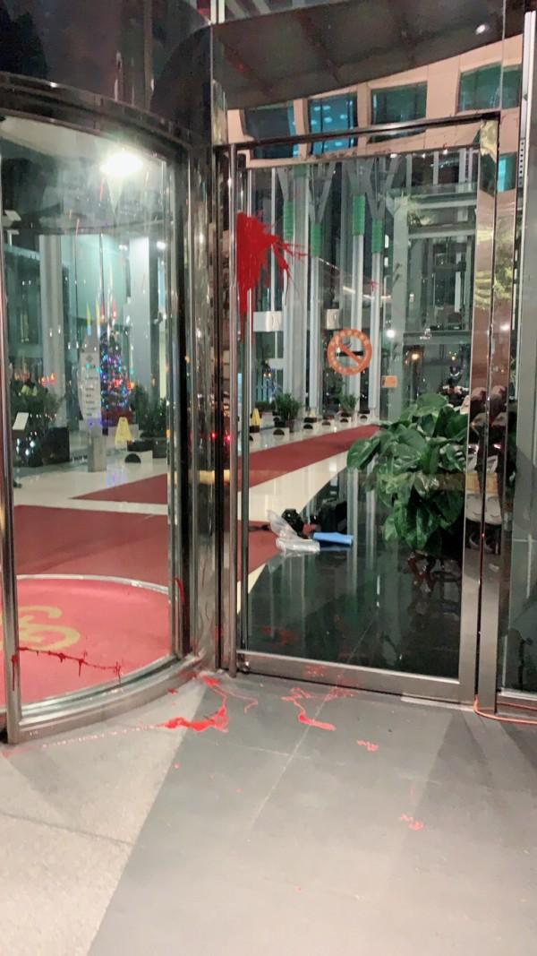 中租迪和公司昨天遭砸店,今晚又遭楊男潑漆。(記者陳恩惠翻攝)