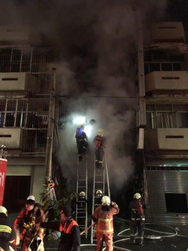 消防員到場搶救,火警釀2死1傷不幸。(記者湯世名翻攝)