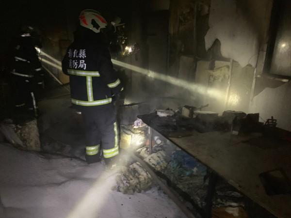消防員進屋清查時赫然發現母子2人已無生命跡象,送醫仍告不治。鄰居1名老婦也被濃煙嗆傷,所幸無生命危險。(記者湯世名翻攝)