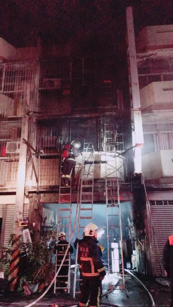 彰化縣福興鄉今天凌晨驚傳透天民宅火災,消防員搶救,仍釀2死1傷不幸。(記者湯世名翻攝)