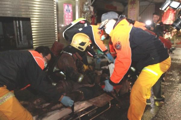 彰化縣福興鄉今天凌晨驚傳透天民宅火災,男大生被搶救出時全身是傷,送醫不治。(記者湯世名翻攝)