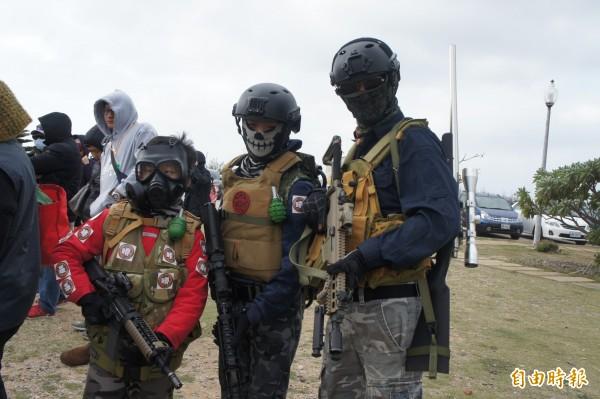 澎湖逆風大行軍,軍事迷全副武裝加入行軍行列。(記者劉禹慶攝)