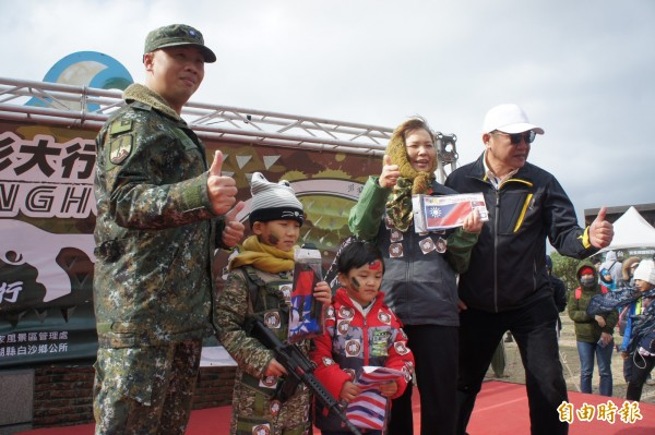 國軍弟兄評比前3名軍事迷,獲得頒獎表揚。(記者劉禹慶攝)
