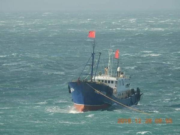 中國漁船高掛五星旗,大剌剌出現在澎湖南方四島海域。(蕭再泉提供)