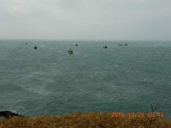 南方四島海域出現密密麻麻黑點,25艘中國漁船聲稱避風,聚集下錨。(蕭再泉提供)