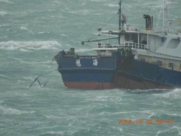 中國漁船以滾輪式拖網作業,南方四島珊瑚礁不保。(蕭再泉提供)