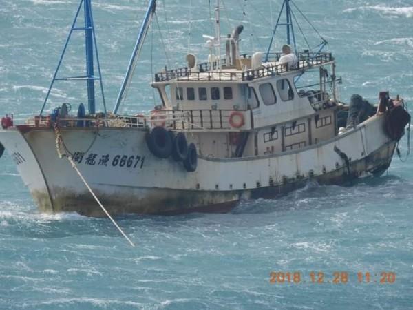 中國漁船出現偽裝色,外型像我方漁船不同中國鐵殼船。(蕭再泉提供)