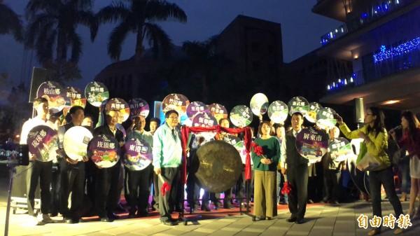 花燈車在縣長潘孟安等人敲鑼後點燈遊行。(記者羅欣貞攝)