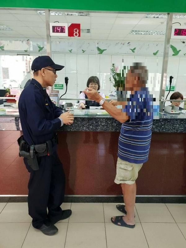 蕭翁急著匯款,但是被郵局人員發現異樣通知警方。(記者王捷翻攝)