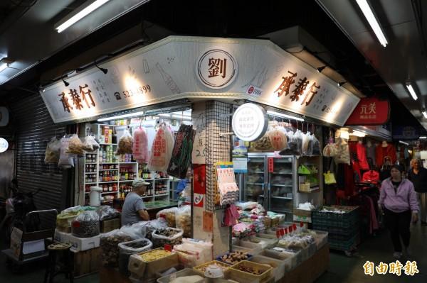 老市場吹節能風!竹市東門市場點亮節能招牌,環保減碳又招財。(記者蔡彰盛攝)