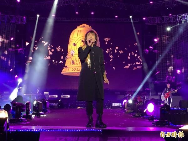 伍佰帶來演唱會經典歌曲,將跨年氣氛帶到最高點。(記者歐素美攝)
