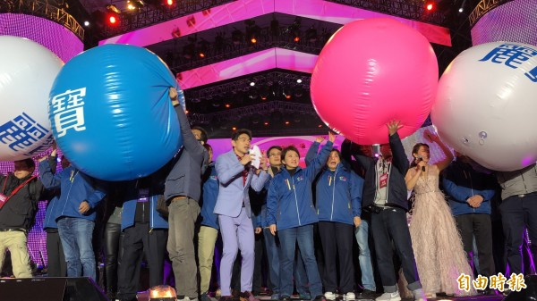 台中市長盧秀燕與市府團隊推彩球與民眾一起倒數跨年。(記者歐素美攝)
