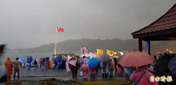 基隆市政府在潮境公園舉辦的元旦升旗典禮,今年因為氣溫低且風雨大,使得參加者銳減。(記者俞肇福攝)
