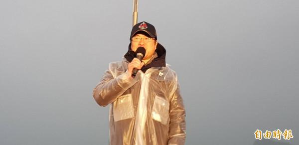 基隆市長林右昌在基隆市元旦升旗典禮中表示,看到大家冒著風雨前來,看到國旗在風雨中冉冉升起,心中有股莫名感動。(記者俞肇福攝)