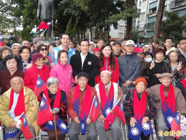前總統馬英九送國旗圍巾給長輩人瑞們。(記者王俊忠攝)