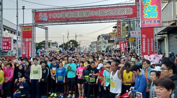 彰化永靖連續33年舉辦元旦路跑,吸引3000民眾參加。(永靖鄉公所提供)