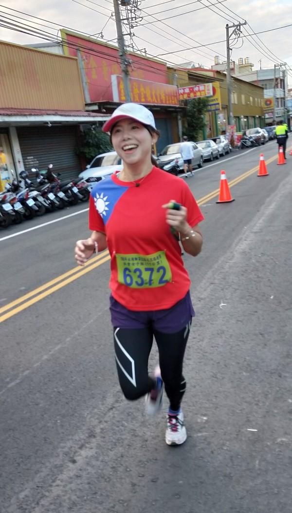 女跑者穿上國旗裝參加元旦路跑。(永靖鄉公所提供)