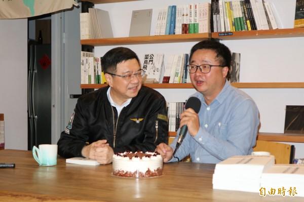卓榮泰今天找羅文嘉對談,今天剛好是羅文嘉生日,卓也貼心送上蛋糕。(記者蘇芳禾攝)