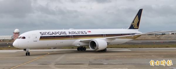 新加坡航空今年第七架交機的波音787-10夢幻客機,今天由新加坡飛抵桃園機場。(記者姚介修攝)