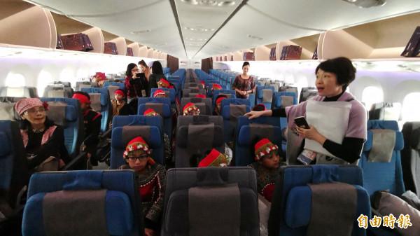 新航特別請來原住民小朋友表演,並參觀機內,模擬出國搭飛機的情形。(記者姚介修攝)