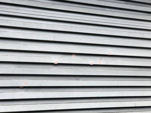 彰化秀水傳出槍響,當鋪與相鄰的豪宅被連續開了50槍。(記者劉曉欣翻攝)