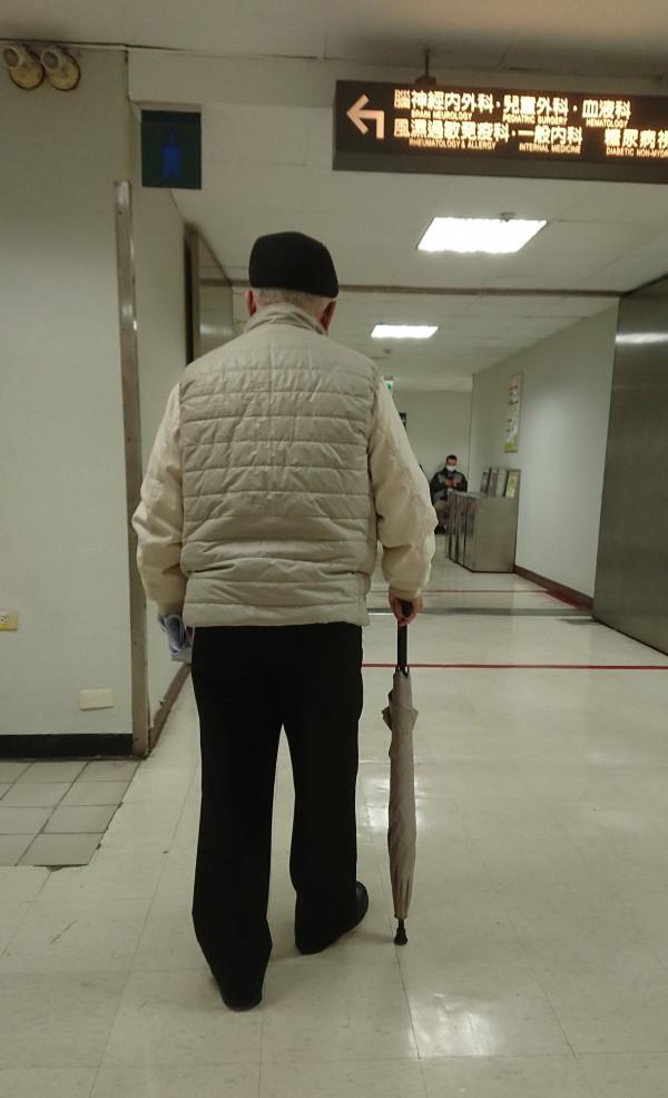 經由適當的評估與術前的準備,即使是年長的病患也可以安心的接受脊椎手術。圖為示意圖,非當事人。(林口長庚醫院提供)