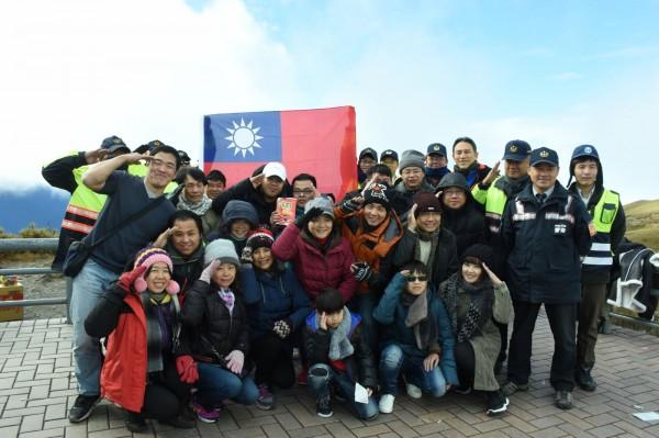 台灣公路最高點武嶺停車場舉辦升旗,眾人寒風中向國旗致敬。(新城警分局提供)
