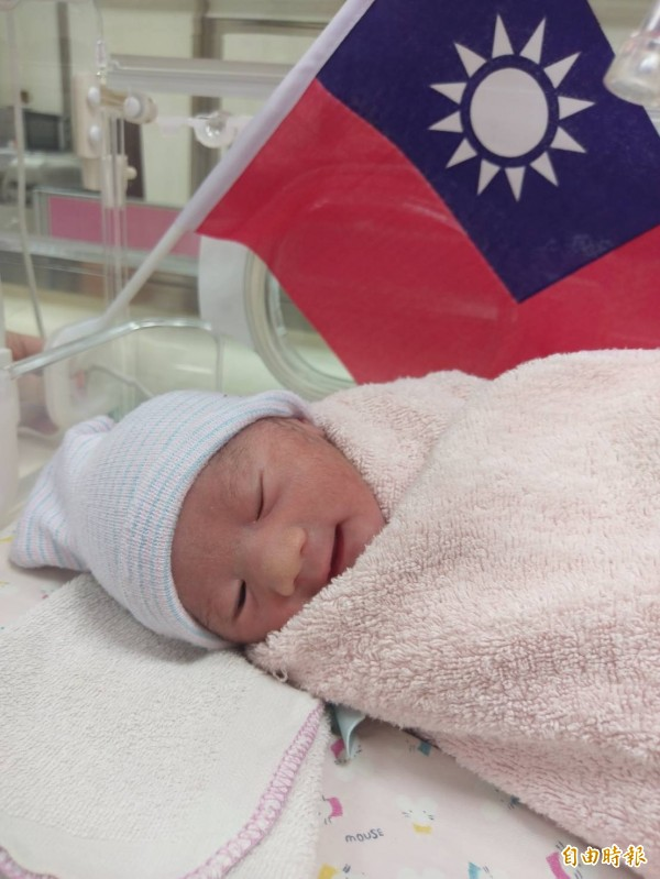 豐原醫院採自然產誕生的女嬰,模樣可愛。(記者歐素美攝)
