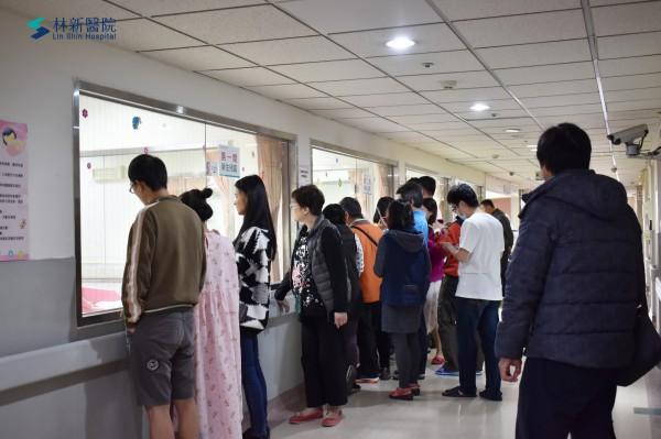 林新醫院有7個元旦寶寶誕生,探視時間嬰兒房外擠了許多親友看寶寶。(記者蔡淑媛翻攝)