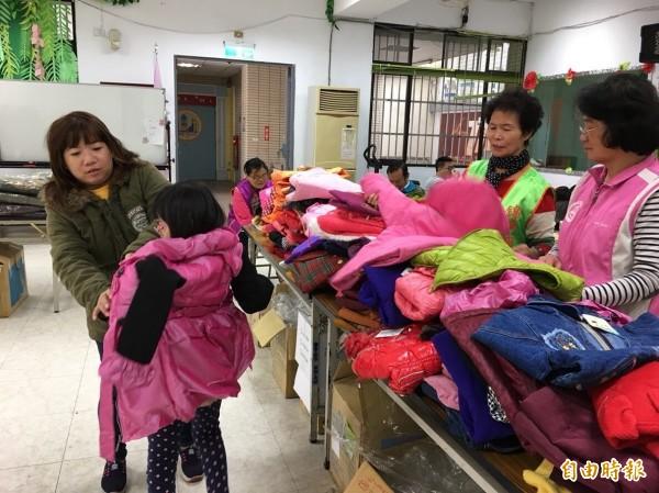 家長為孩子挑選外套過冬。(記者蔡淑媛攝)