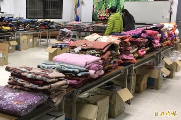 暖貨送童衣活動準備千件外套、大衣、洋裝等新童裝送弱勢孩童。(記者蔡淑媛攝)