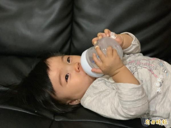 寶實4至6個月大開始吃副食品後,可適量補充水分。(記者蔡淑媛攝)