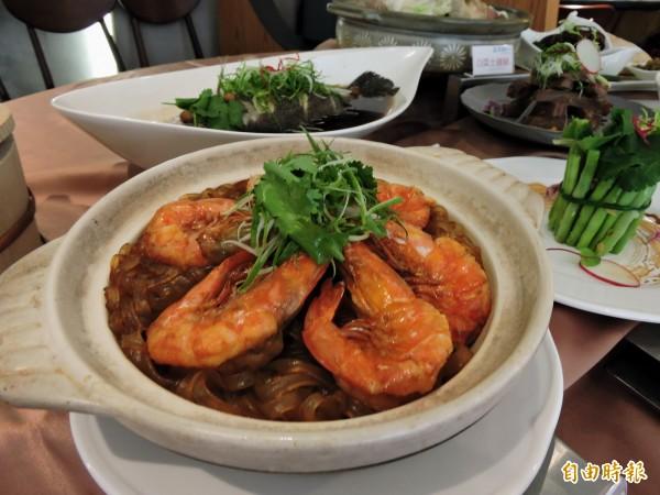 「鮮蝦粉絲煲」吃到鮮美海味。(記者張菁雅攝)