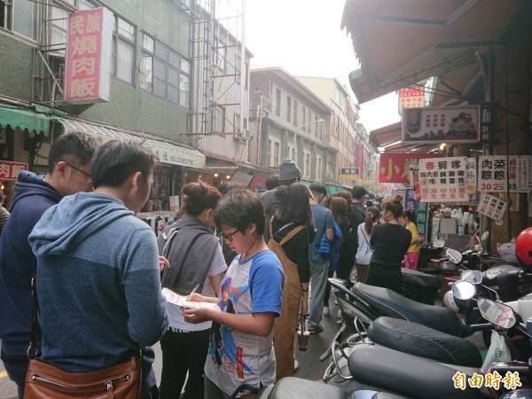 國華街人氣名店在元旦連假期間都出現排隊人潮。(記者洪瑞琴攝)