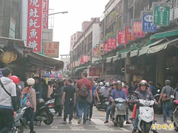 台南美食林立的國華街,在元旦連假期間都湧現人潮。(記者洪瑞琴攝)