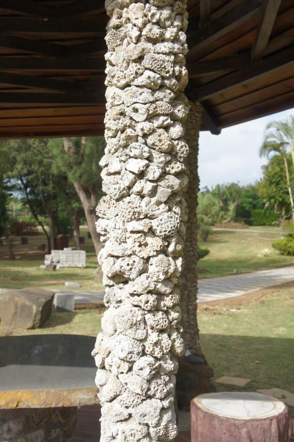 硓(石古)石就是死去的珊瑚礁,多角及尖銳引發安全疑慮。(記者劉禹慶攝)