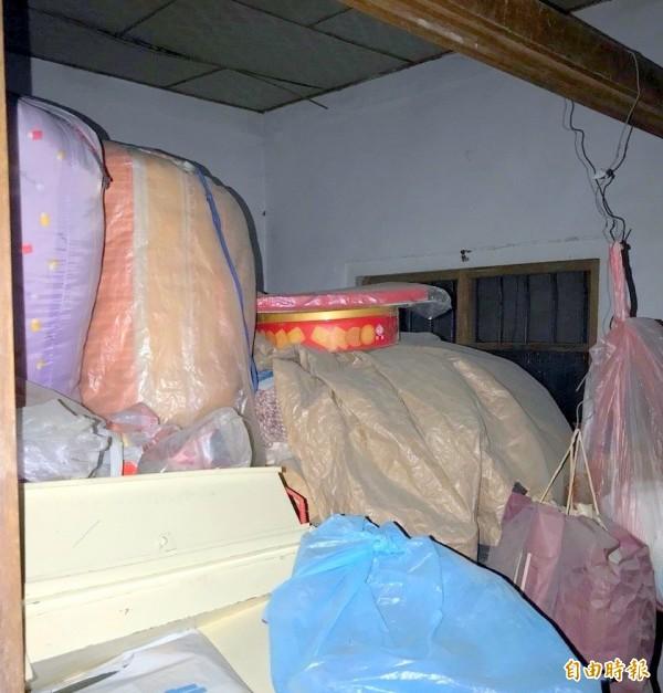 南投縣竹山鎮林姓阿嬤住家資源回收雜物,堆到快碰到天花板。(記者謝介裕攝)