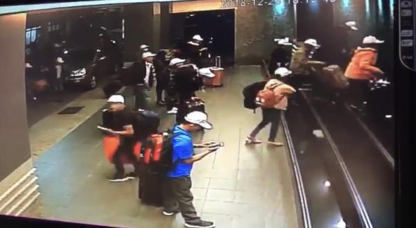 觀宏脫團越南旅客今再抓回籠4人,還有120人竄逃不知去向。(記者黃良傑翻攝)