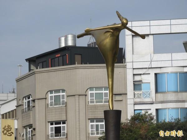 湯德章紀念公園的公共藝術「迎風」。(記者洪瑞琴攝)