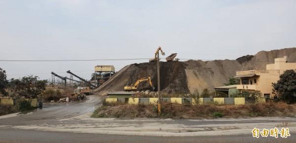 預拌混凝土廠今年起調漲價格1至2成,業者指砂石嚴重短缺,圖為砂石場作業情形。(記者陳文嬋攝)