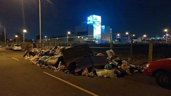水湳經貿園區內的敦平一街被偷倒大量垃圾,民眾拍照上傳臉書痛批。(圖擷自爆怨公社)